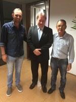 O presidente e o vice-presidente da Câmara de Amambai, Anilson Preto (dir.) e Luciney Bampi (esq.), com o presidente do TJ/MS, João Maria Lós (cen.)
