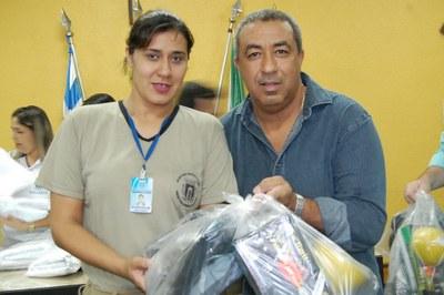 Prefeitura e Câmara entregam dezenas de kits de uniformes para profissionais de Amambai (36).JPG