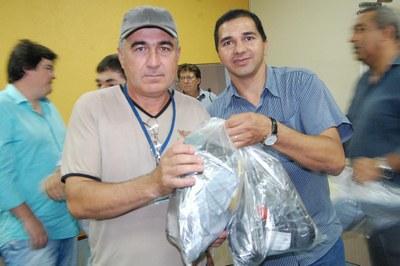 Prefeitura e Câmara entregam dezenas de kits de uniformes para profissionais de Amambai (40).JPG