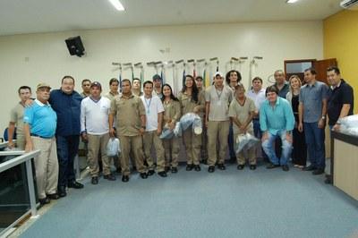 Prefeitura e Câmara entregam dezenas de kits de uniformes para profissionais de Amambai (46).JPG