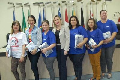 Prefeitura e Câmara entregam dezenas de kits de uniformes para profissionais de Amambai (55).JPG