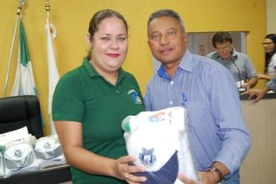 Prefeitura e Câmara entregam dezenas de kits de uniformes para profissionais de Amambai (68).JPG