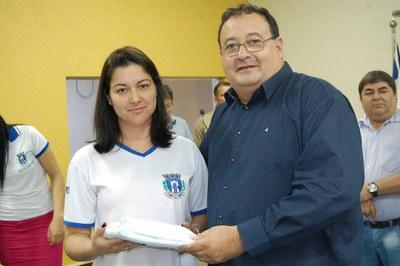 Prefeitura e Câmara entregam dezenas de kits de uniformes para profissionais de Amambai (7).JPG